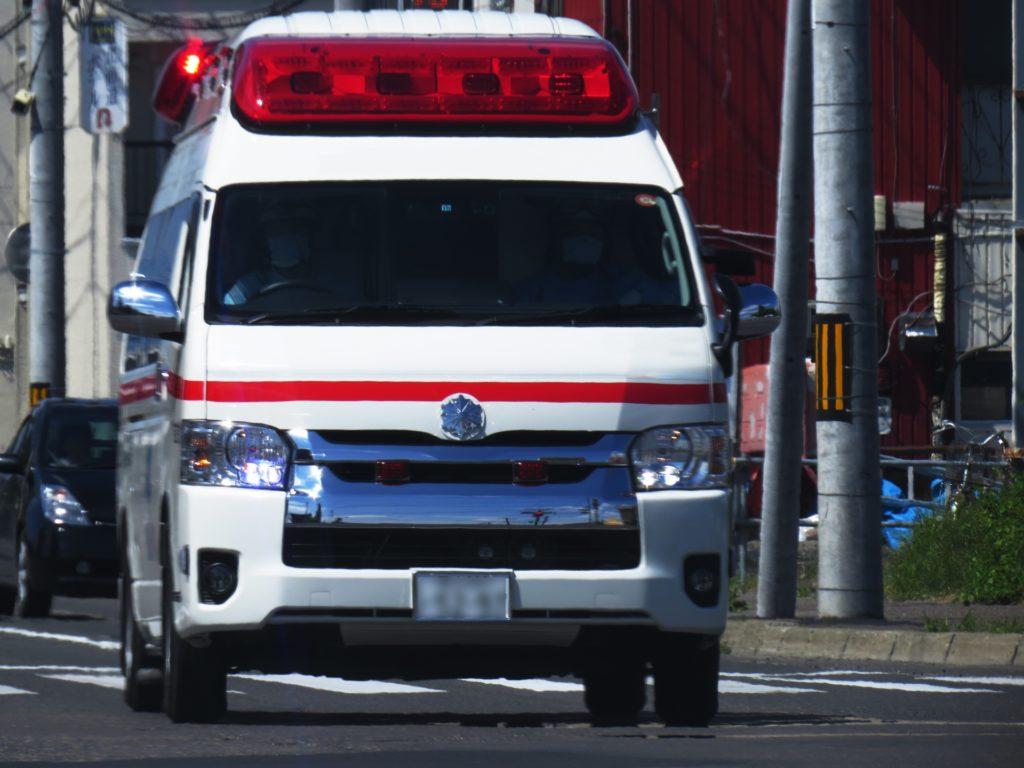 運転中に後ろから救急車が来たらどうする?緊急自動車への道の譲り方を解説